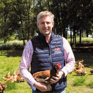 agriculteur avec poule